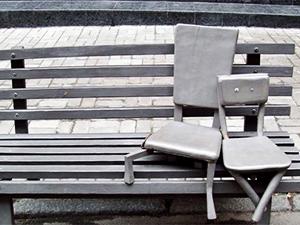 Пам'ятник стільцям на лавці